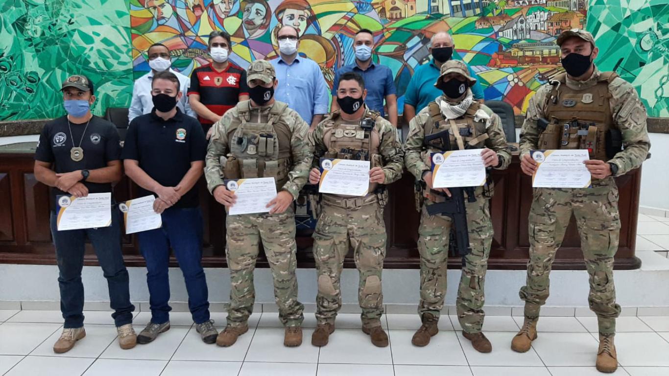 Câmara Municipal faz homenagem a policiais que se destacaram na proteção da população fronteiriça